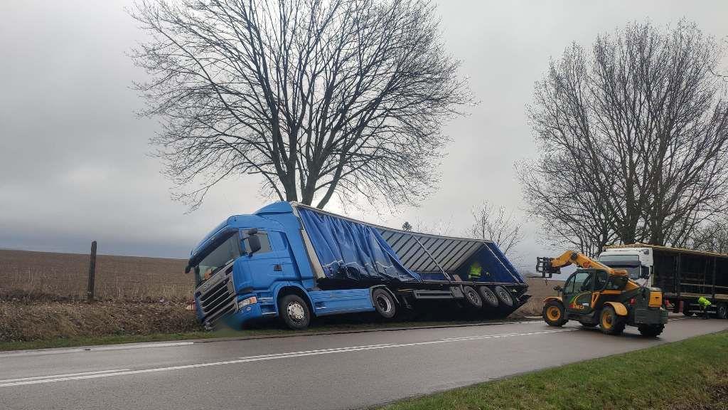 Węgorzyno. Utrudnienia na drodze. Ciężarówka na boku