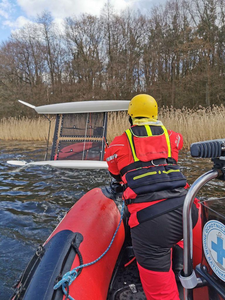 Szczecinek. Na jeziorze Trzesiecko wywrócił się katamaran. Interweniował WOPR