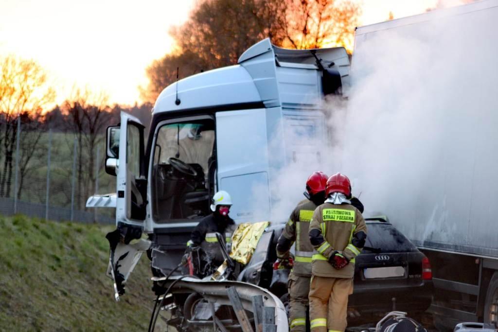 Sianów. Osobówka przygnieciona przez ciężarówkę. Jedna osoba nie żyje