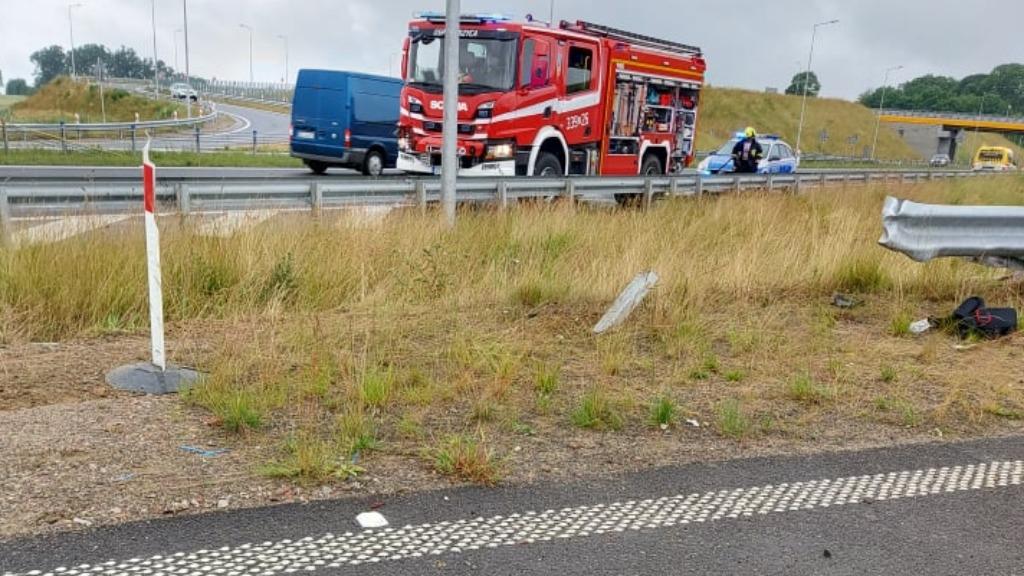 Koszalin-Kołobrzeg. Auto przebiło bariery i dachowało w rowie. Nie żyje kierowca