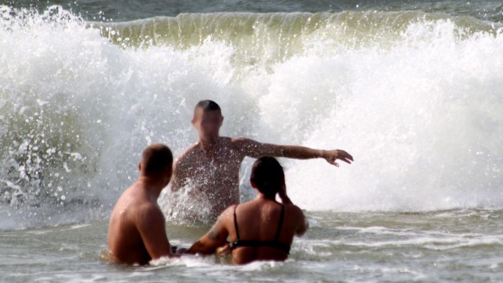 Mielno. Czerwona flaga, ale amatorów kąpieli w Bałtyku nie brakuje
