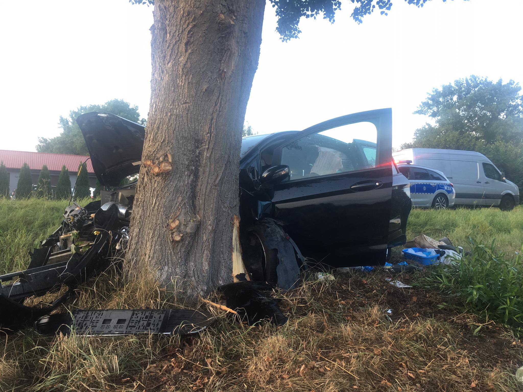 Redlino. Auto wbiło się w drzewo. Jedna osoba poszkodowana
