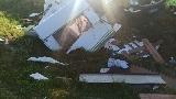 Zderzenie osobówki i lawety pomocy drogowej przewożącej camping