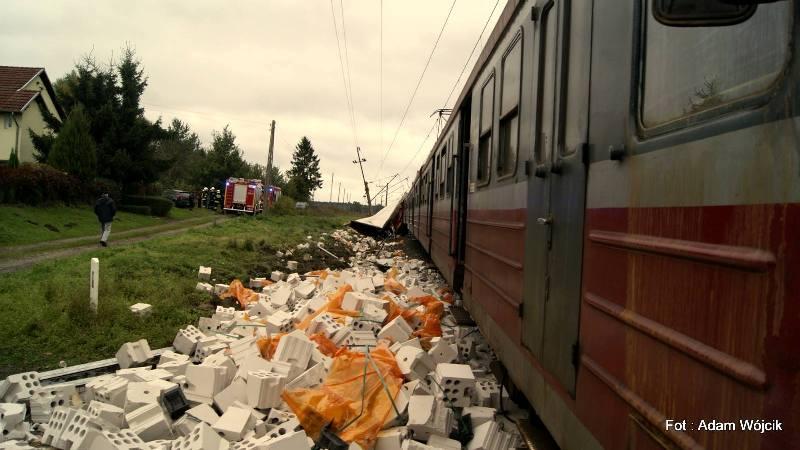 Wjechał tirem wprost pod pociąg. Maszynista pociągu był pijany.