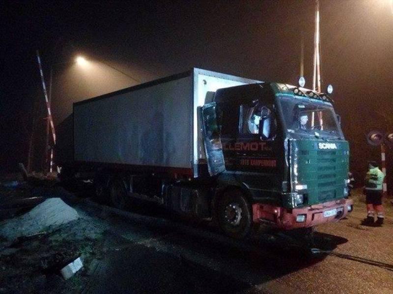 Samochód ciężarowy wypadł z drogi na tory kolejowe